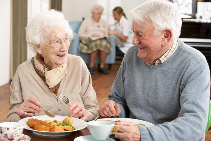 Senioren genieten van een lekkere maaltijd.