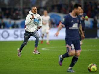 Wat gebeurt daar allemaal in Marseille? Messi krijgt fan achter zich tijdens dribbel, Neymar moet corners nemen onder bescherming politieschilden