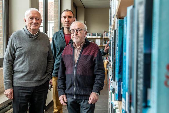Schepen Paul Lambrecht, bibliothecaris Patrick Vanden Berghe en Ward Pollet, afscheidnemend voorzitter van het beheersorgaan van de bib.