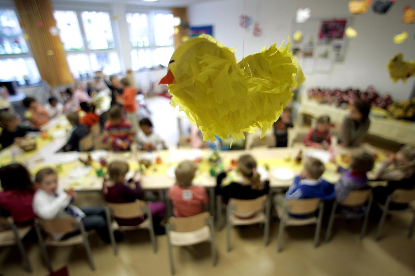 Leerlingen van een basisschool in Den Haag genieten van een paasontbijt op school.
