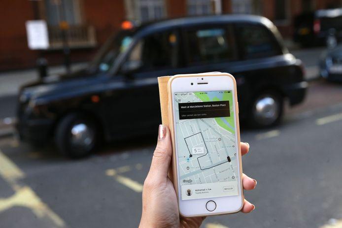 Een vrouw boekt een Uber-taxi in London.