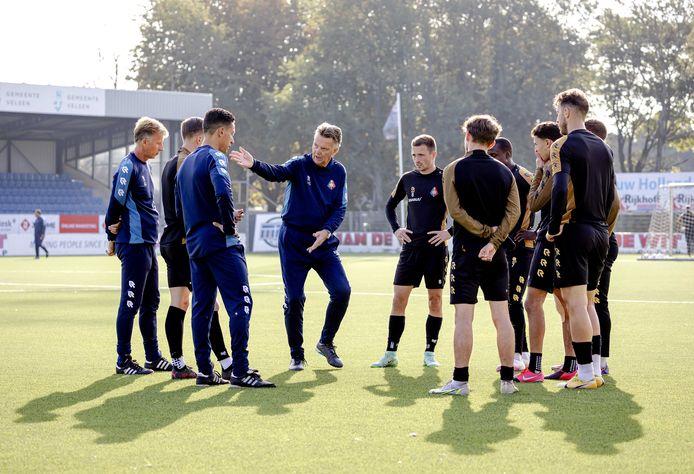 Louis van Gaal geeft aanwijzingen tijdens een training van Telstar.