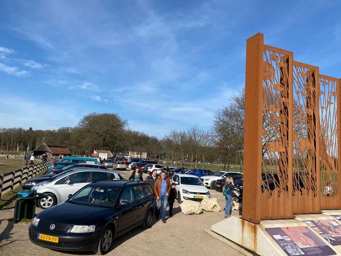 De parkeerplaats bij de schaapskooi op de Ginkelse Heide staat vol.