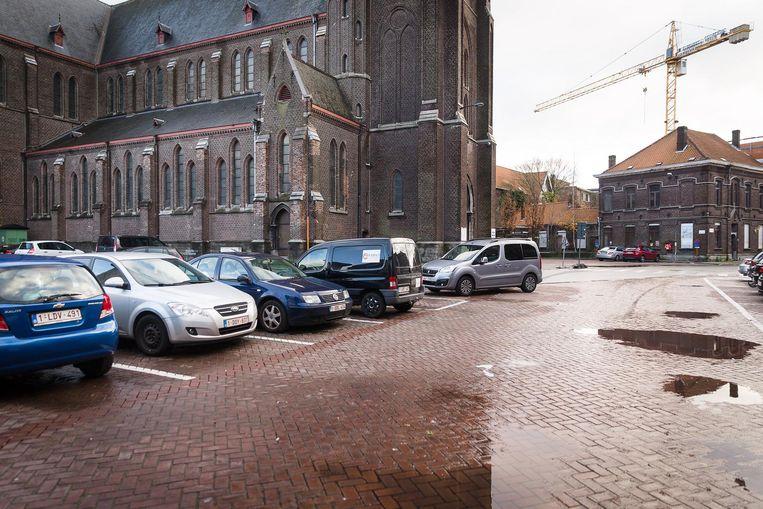 Het Heilig Hartplein, nu nog met parkeerplaatsen.