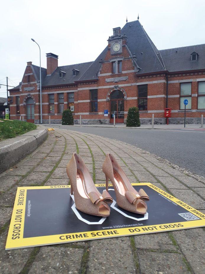 Vrouw & Maatschappij strijdt aan het station van Vilvoorde met een plaats delict met vrouwenschoenen op tegen geweld tegen vrouwen.