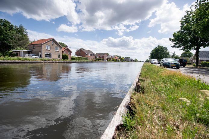 Woningen langs kanaal Almelo De Haandrik hebben schade opgelopen door verzakkingen na het uitdiepen van het kanaal.