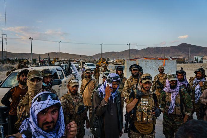 Talibanstrijders aan de luchthaven in Kaboel.