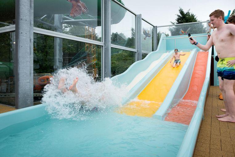 Het nieuwe buitenzwembad is voorzien van deze leuke waterglijbaan.