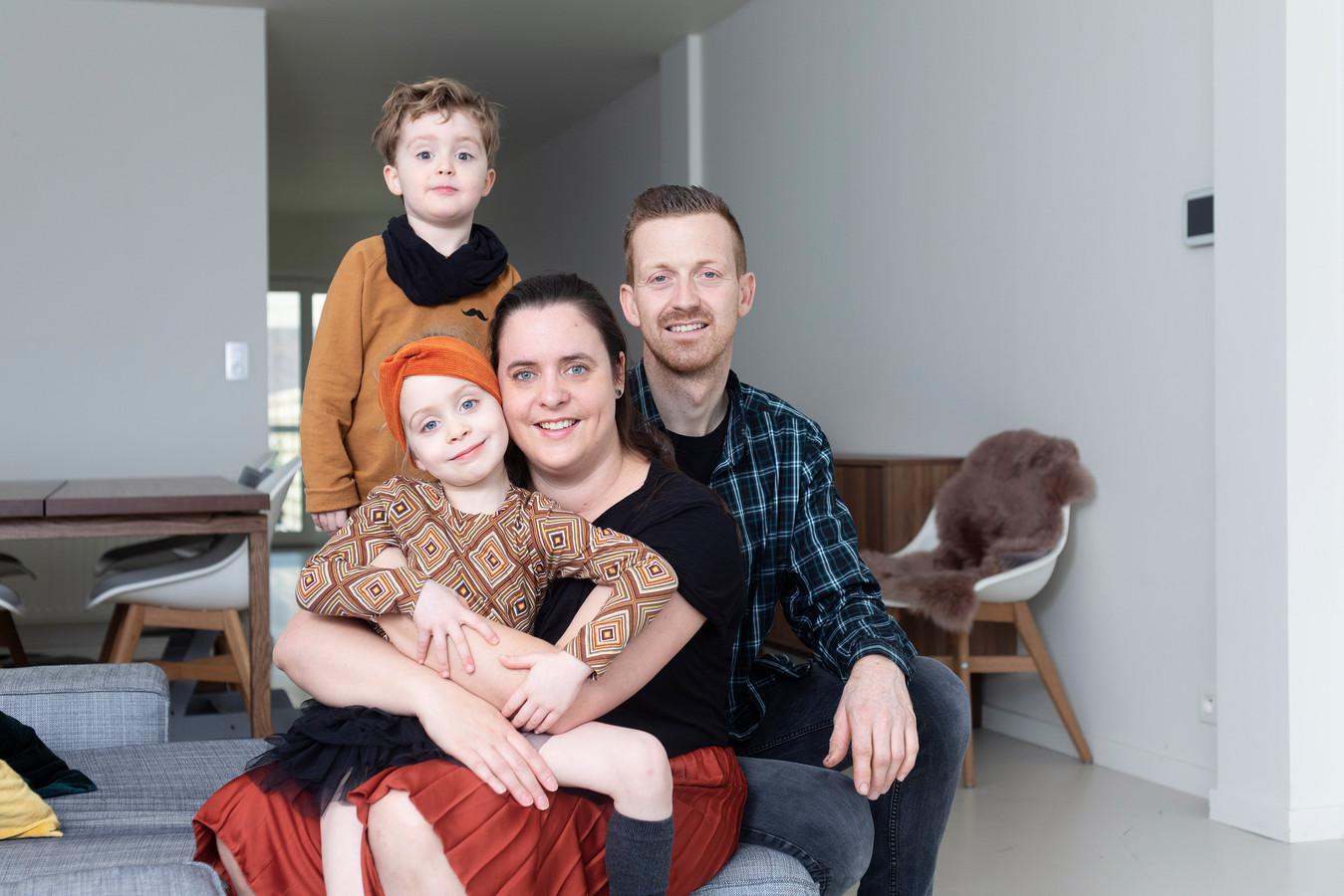 """Tessa en Kristof met hun kinderen Emma-Lou en Vinn: """"Het laatste jaar zijn we zes keer op vakantie naar Texel getrokken"""""""