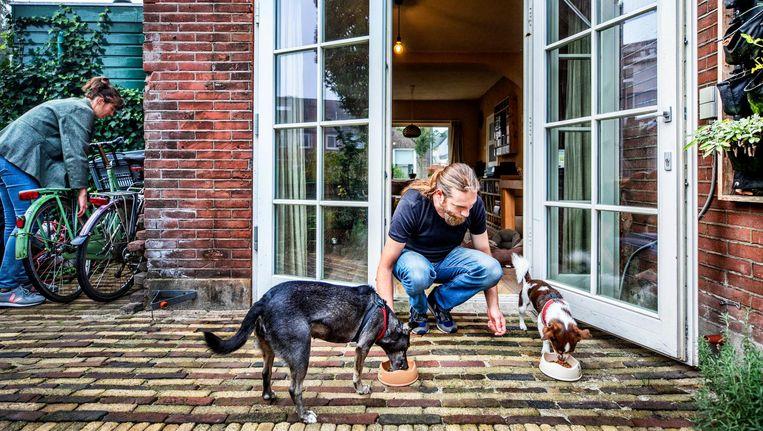 Rick Scholtes met zijn huisdieren Beeld Raymond Rutting