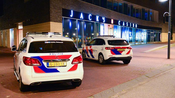 De politie is aanwezig op de Watermolenwal na een overval op een casino.