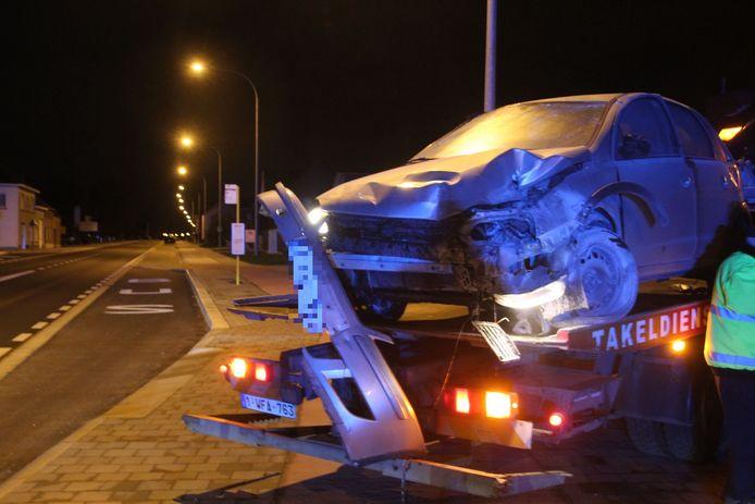 De Opel Corsa raakte zwaar beschadigd na de botsing tegen het vluchteiland op de Oudenaardsesteenweg in Burst..