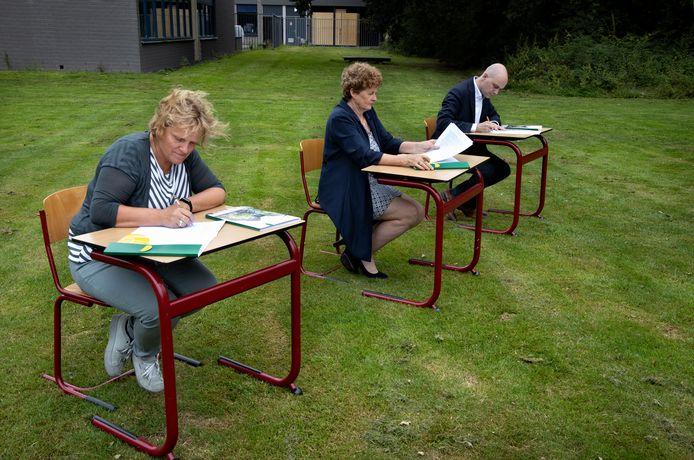 Archieffoto van ondertekening contract nieuwe school in Asten.