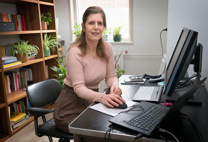Eindredacteur Irmgard Breugelmans op haar thuiswerkplek.