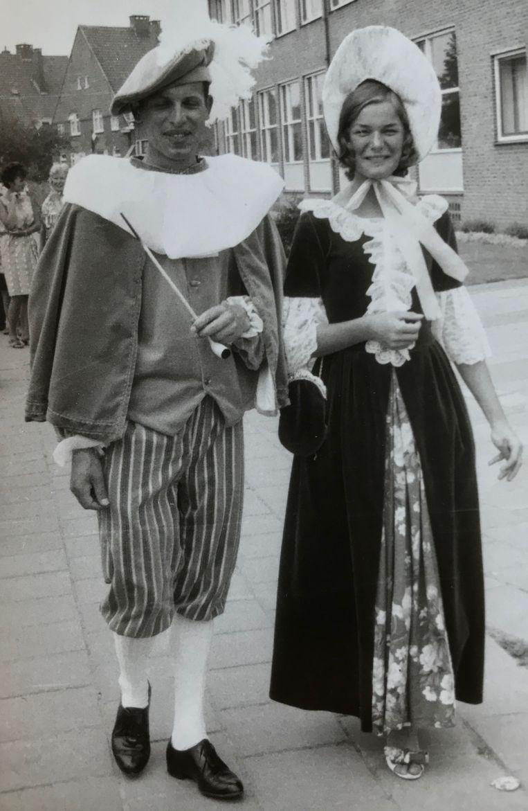 Henk Renes (l) draagt zelfgemaakte kleding voor het 600-jarig bestaan van Nijkerk. Beeld