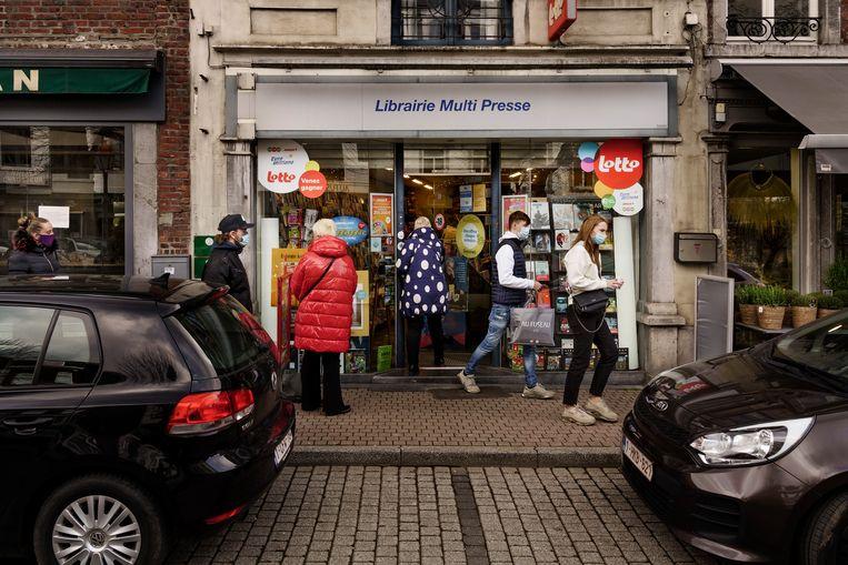 Krantenwinkel in Spa: door de pandemie worden er meer kranten verkocht dan de laatste jaren. Beeld © Eric de Mildt