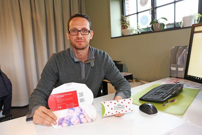 Stef Van der Stappen met de unieke cadeaubon.