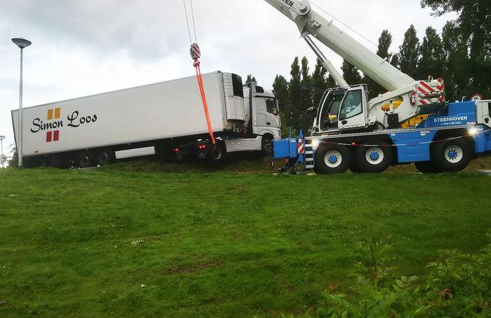 Een vrachtwagen reed zich donderdagochtend vast in Geervliet.