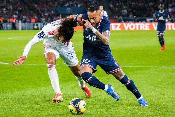 Faute de Neymar, penalty pour le PSG: les Lyonnais ne comprennent pas.