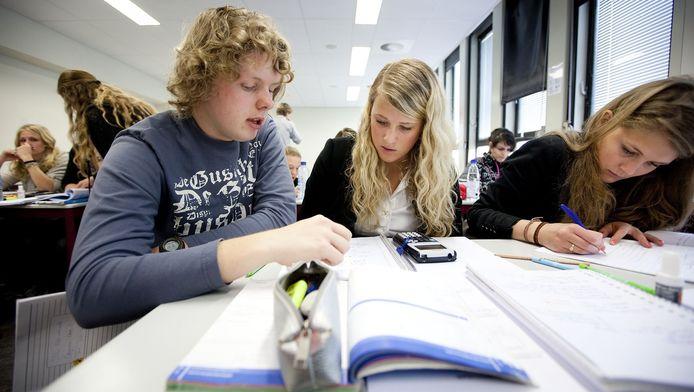 Scholieren bereiden zich tijdens een particuliere cursus in Leiden voor op hun eindexamen.