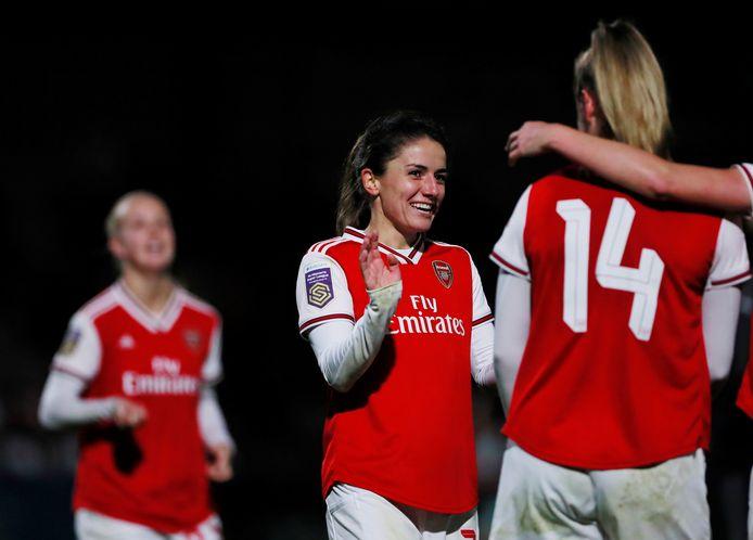 Daniëlle van de Donk lacht na een doelpunt voor haar club Arsenal.