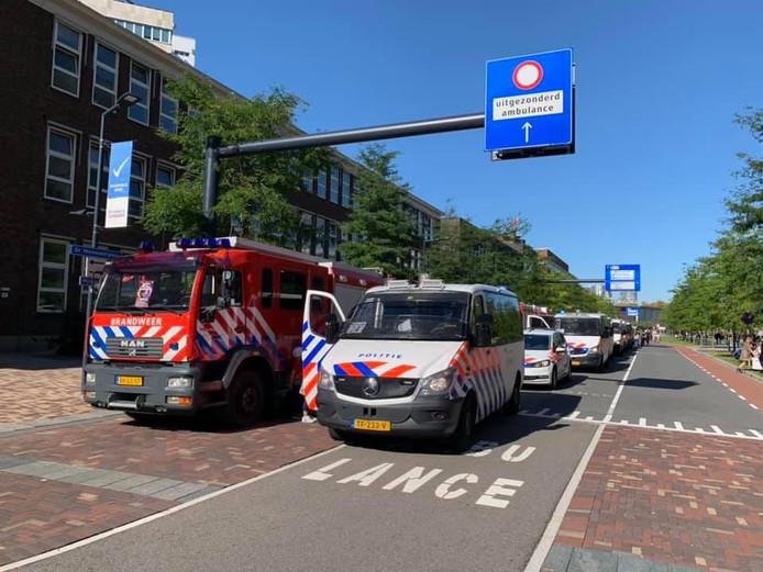 De stoet reed met zwaailicht en sirene door het centrum van Rotterdam.