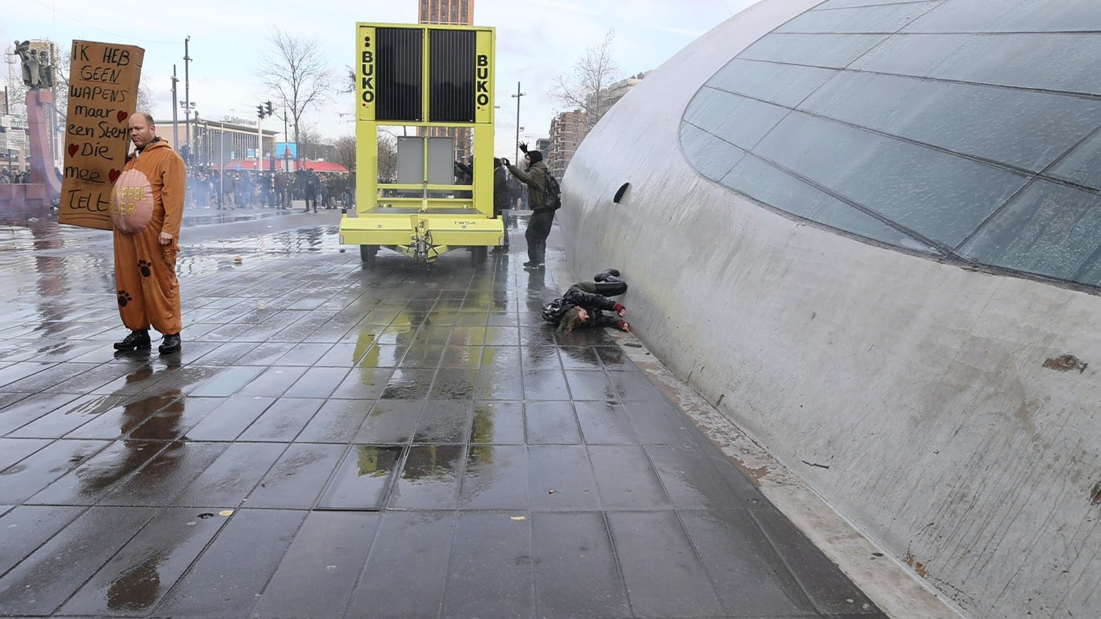De vrouw die werd geraakt door een waterkanon in Eindhoven.