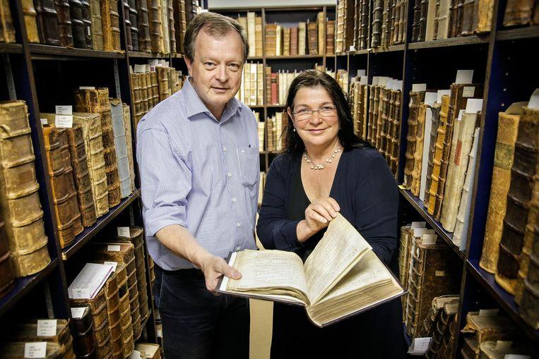 Professor Rob Faes en professor Lieve Watteeuw zijn erg blij met het manuscript.