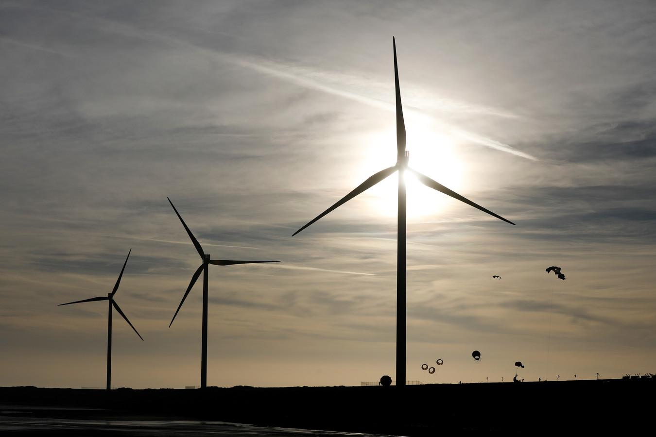 Er zijn straks zo veel windmolens en zonnepanelen, dat het stroomnet het niet meer aan kan.