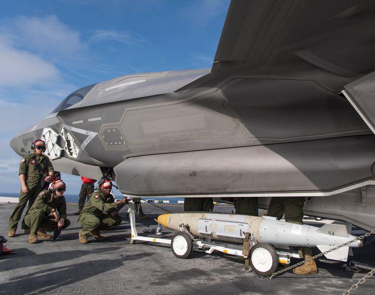 Een F-35 van het Amerikaanse marinierskorps wordt voorzien van een high techbom. Deze versie van de F-35 kan verticaal opstijgen en landen vanaf vliegdekschepen. Beeld Lockheed Martin