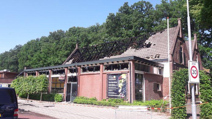 Het dak is grotendeels verwoest.