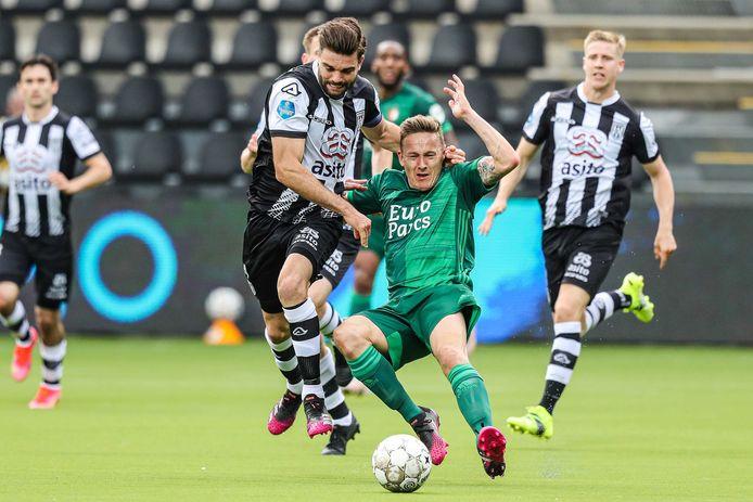 Heracles-aanvoerder Robin Pröpper (links) kreeg geel na een overtreding op Jens Toornstra van Feyenoord en mist daardoor de laatste wedstrijd van het seizoen tegen AZ.