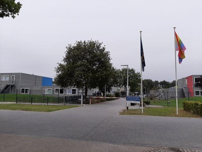 Naast 700 vaste opvangplekken beschikt het azc in Hardenberg nog over een buffer van 50 plekken voor noodopvang. Daarvan biedt Hardenberg nu de helft aan voor tijdelijke opvang van asielzoekers, zolang de azc's in heel Nederland uitpuilen.