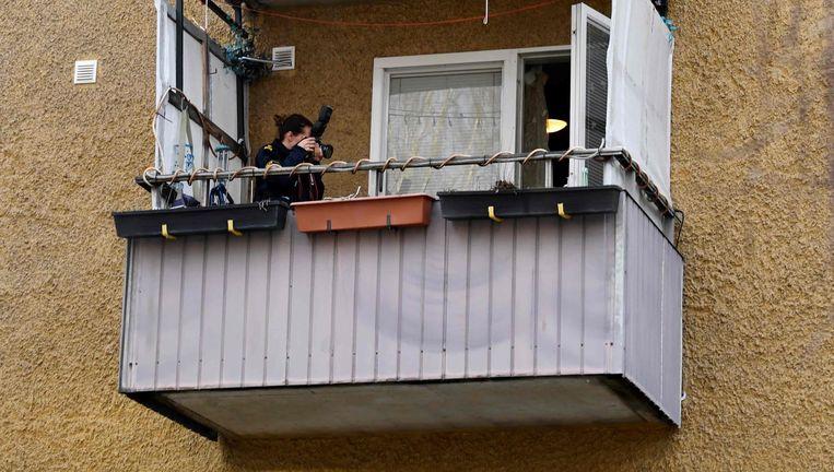 Een politiefotograaf inspecteert het appartement in Varberg. Beeld AFP