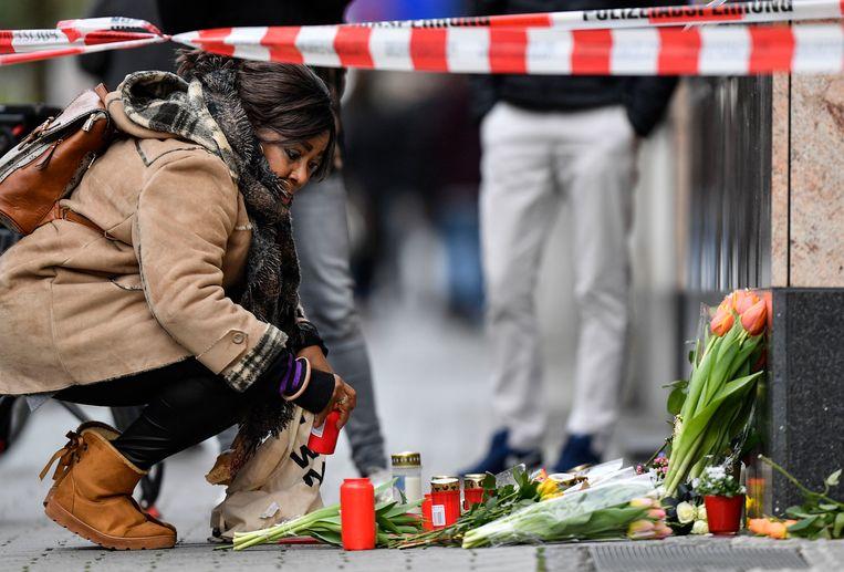 Mensen leggen bloemen neer op de plaats waar een van de schietpartijen plaatsvond. Beeld AP