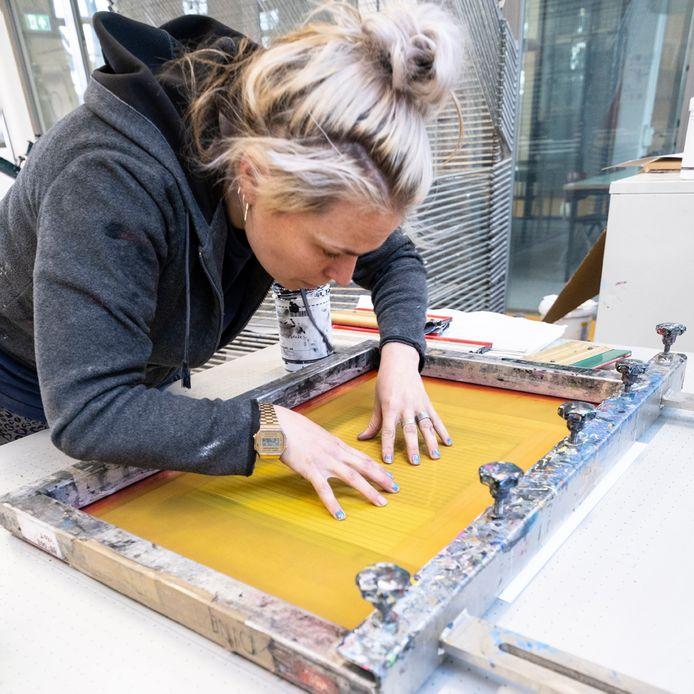 Tien Brabantse kunstenaars hebben de afgelopen twee maanden de kans gehad om grafische technieken te ontdekken in het Grafisch Atelier in Den Bosch.