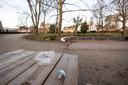 De picknicktafels vlakbij de speeltuin. Veel ouders zitten er en nemen hun eigen eten en drinken mee.