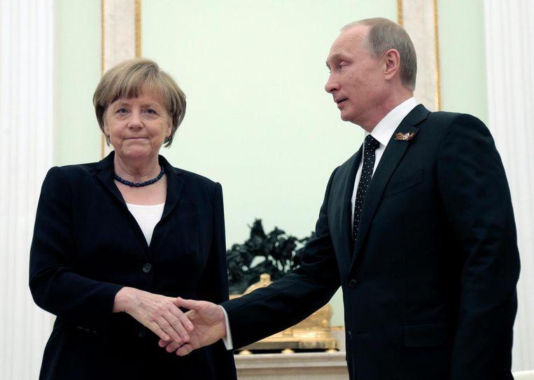 Poetin en Merkel proberen vandaag weer nader tot elkaar te komen. Beeld epa