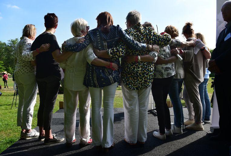 Nabestaanden van slachtoffers in onopgeloste moordzaken.  Beeld Marcel van den Bergh / de Volkskrant