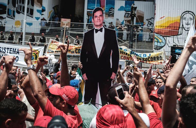 Demonstranten dragen een levensgrote kartonnen beeltenis van Sérgio Moro mee tijdens een betoging in Rio de Janeiro in 2016. Beeld Yasuyoshi Chiba / AFP / Getty Images