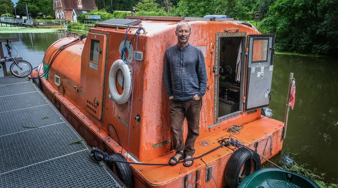 Met zijn omgebouwde reddingsboot  bevaart Hamish Campbell de Europese rivieren.