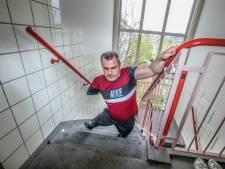Sabri (42) zonder benen en arm moet vier hoog naar boven kruipen in complex zonder lift: 'Waarom helpen ze mij niet?'