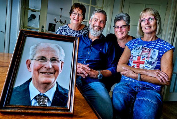 """De kinderen van Wim Schotman - van links naar rechts Petra, Pim, Heleen en Inge - hadden hun vader graag nog even bij zich gehad. ,,Zonder corona had hij nog wel even door gekund."""""""