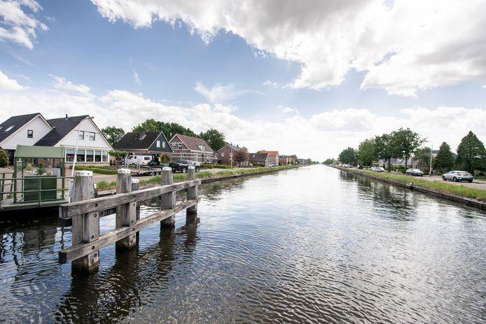 Kanaal Almelo - De Haandrik bij Geerdijk. Met ingang van woensdag 10 februari is er een vaarverbod om schade aan bruggen, sluizen en oevers te voorkomen.