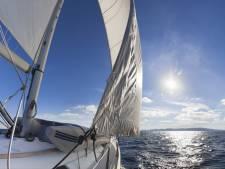 Eenentwintig illegalen op zeilschip voor Zeeuwse kust, twee Albanezen aangehouden