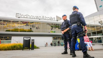 """Onderzoek op Eindhoven Airport na """"informatie vanuit België"""": veel passagiers moesten in vliegtuig blijven"""