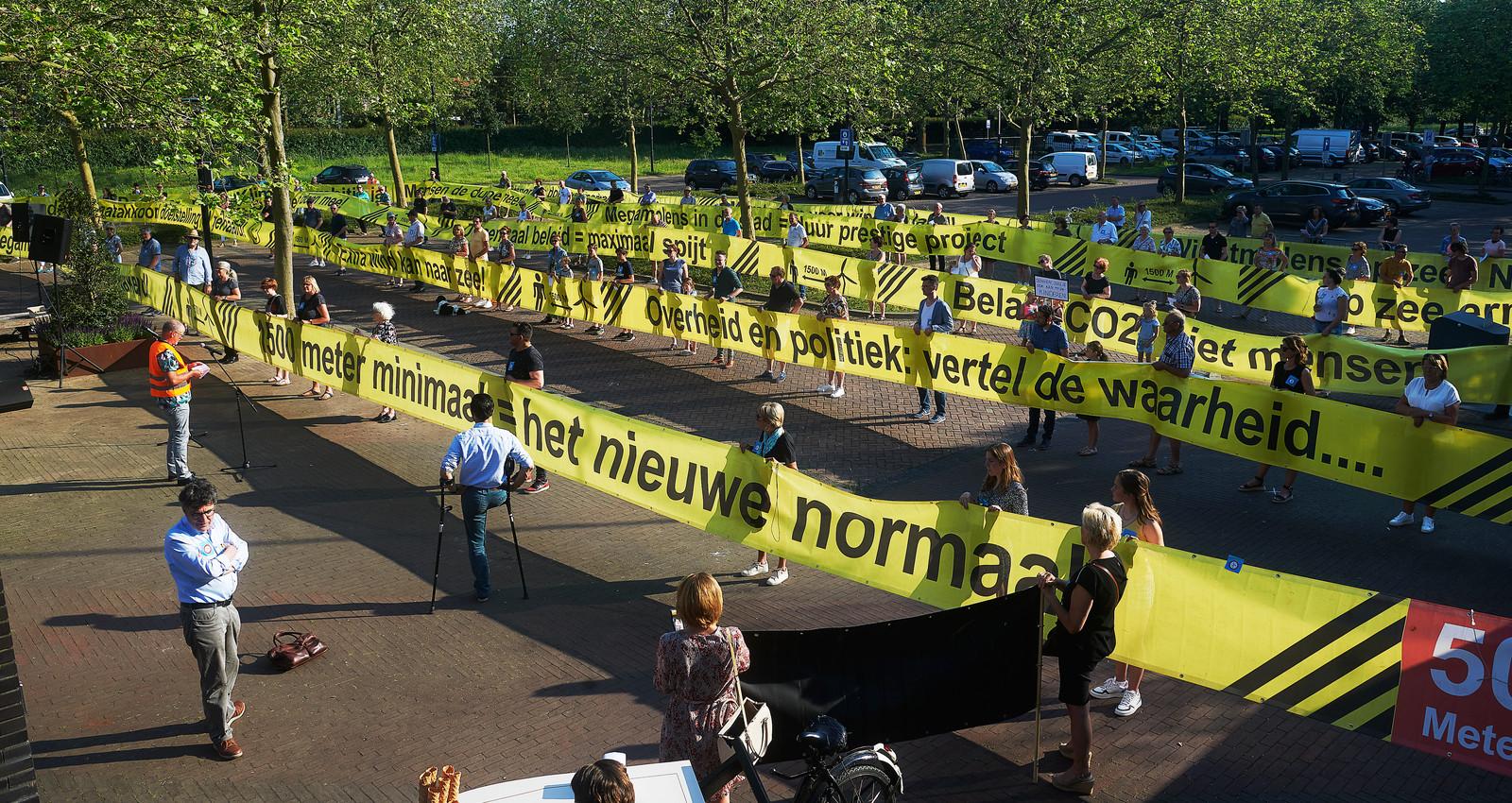 Zo ziet 250 meter spandoek eruit. Het gele lint is even lang als de windmolens die mogelijk in de Lithse polder verrijzen.