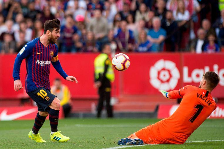 Messi stift de 2-3 voorbij Vaclik.
