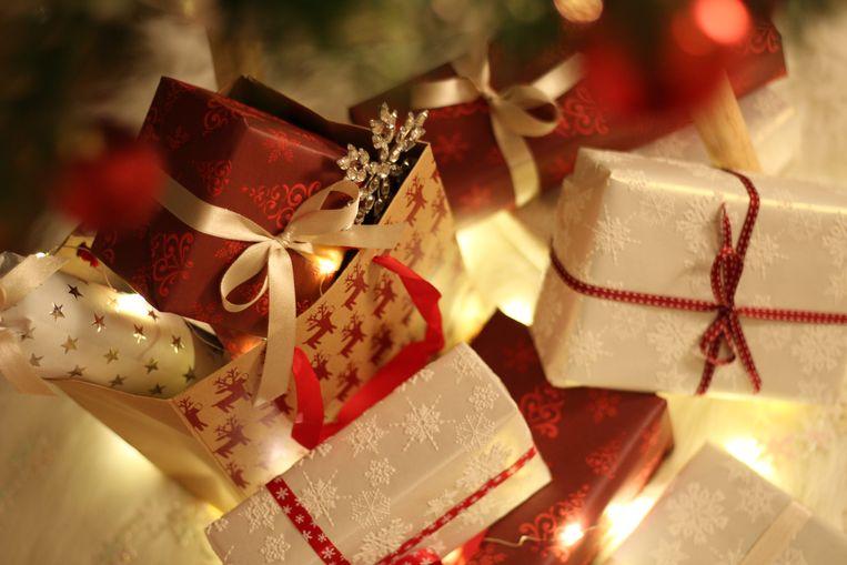 De baas legt best verschillende cadeautjes onder de kerstboom op kantoor Beeld www.pexels.com