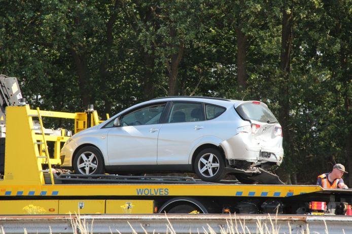 De betrokken auto wordt afgesleept na het ongeluk op A1 bij Bathmen.
